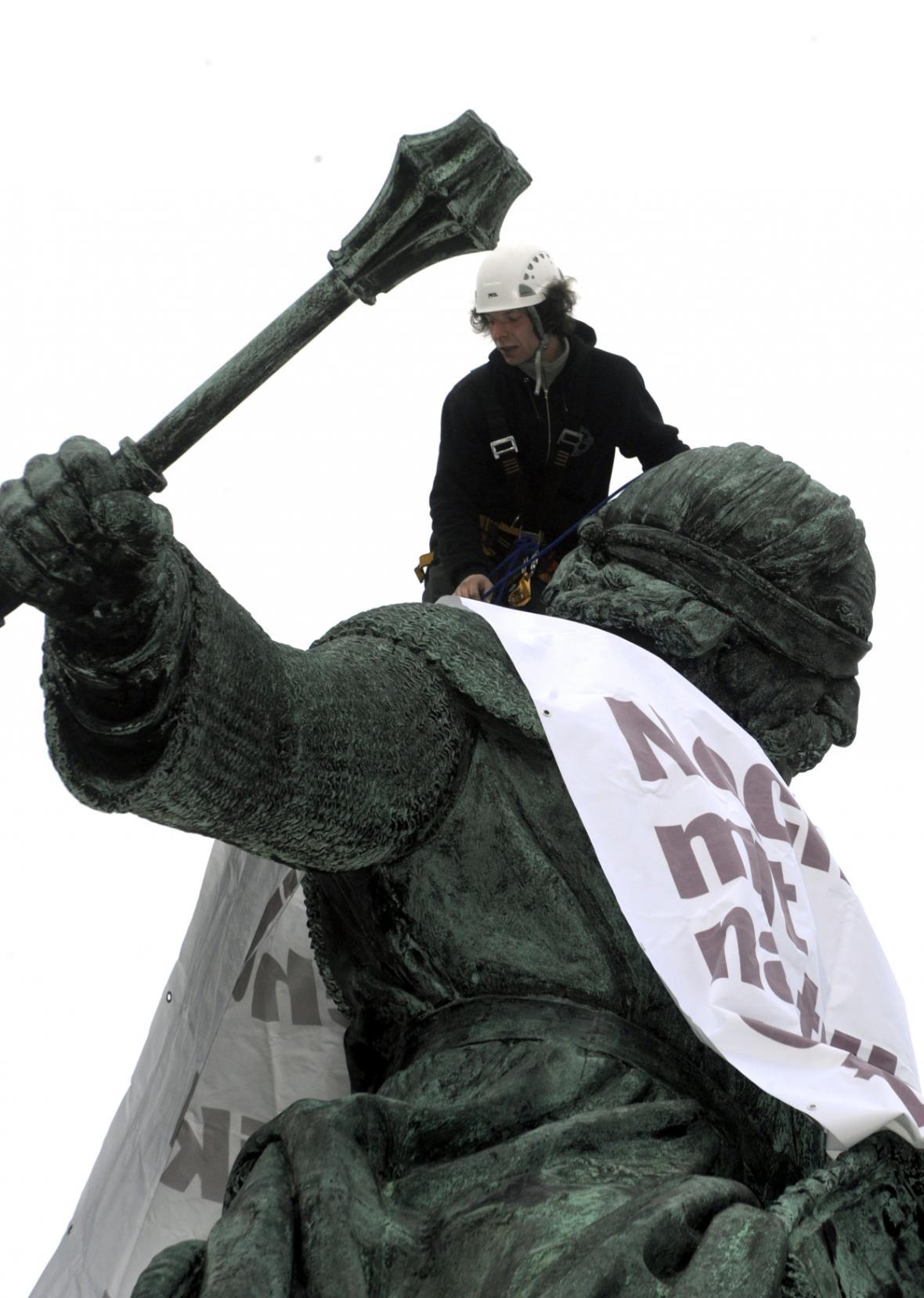 Aktivisté ze sdružení Dekomunizace oblékli v březnu 2008 sochu Žižky do trička s nápisem