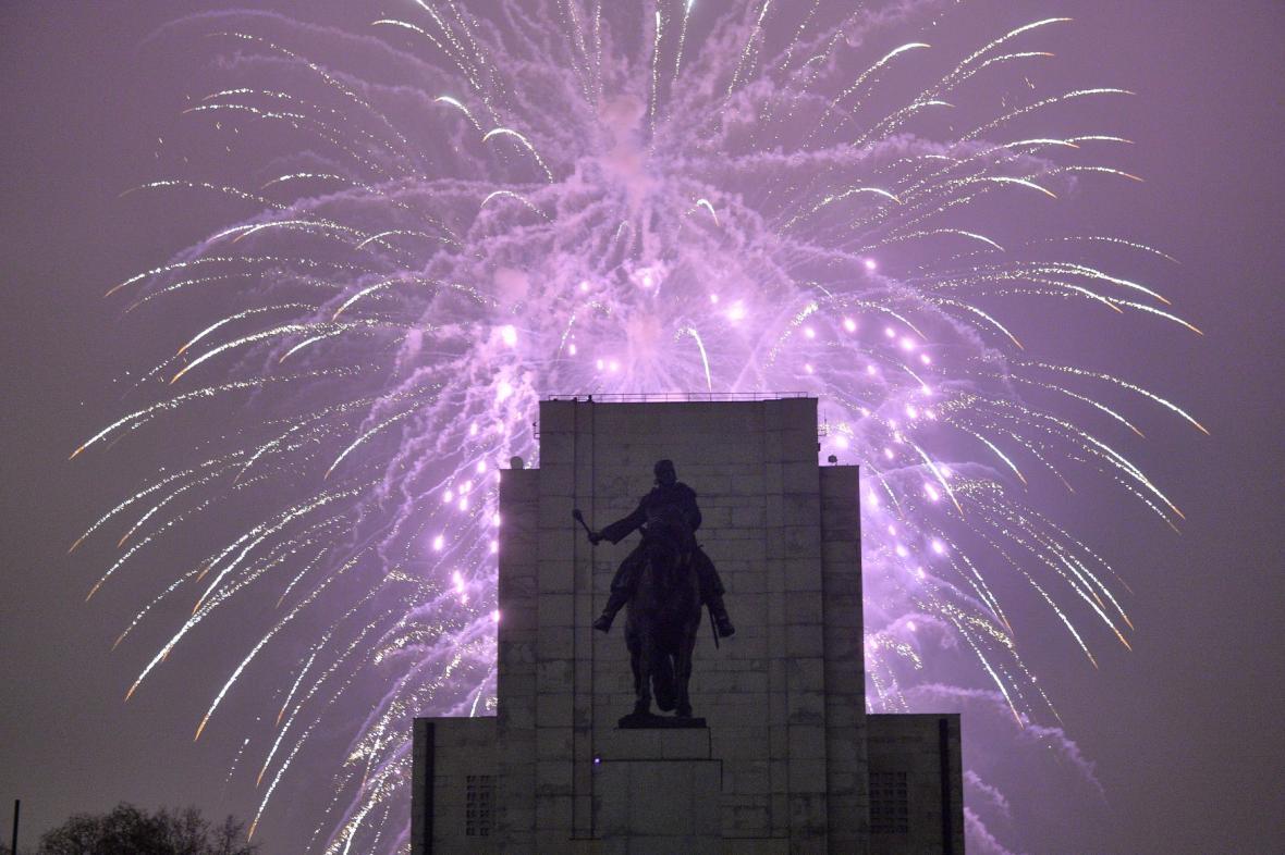 Novoroční ohňostroj nad vrchem Vítkov