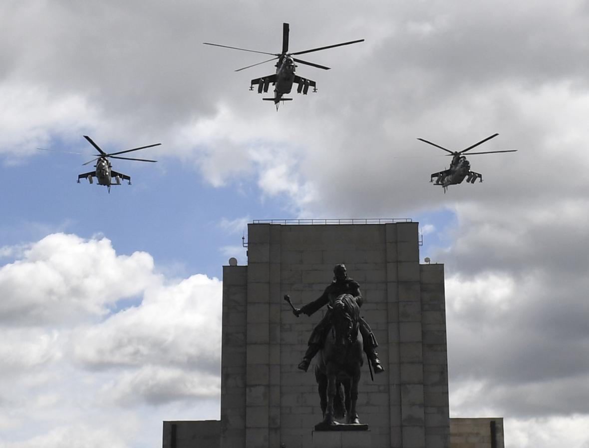 Slavnostní nástup při příležitosti oslav Dne ozbrojených sil