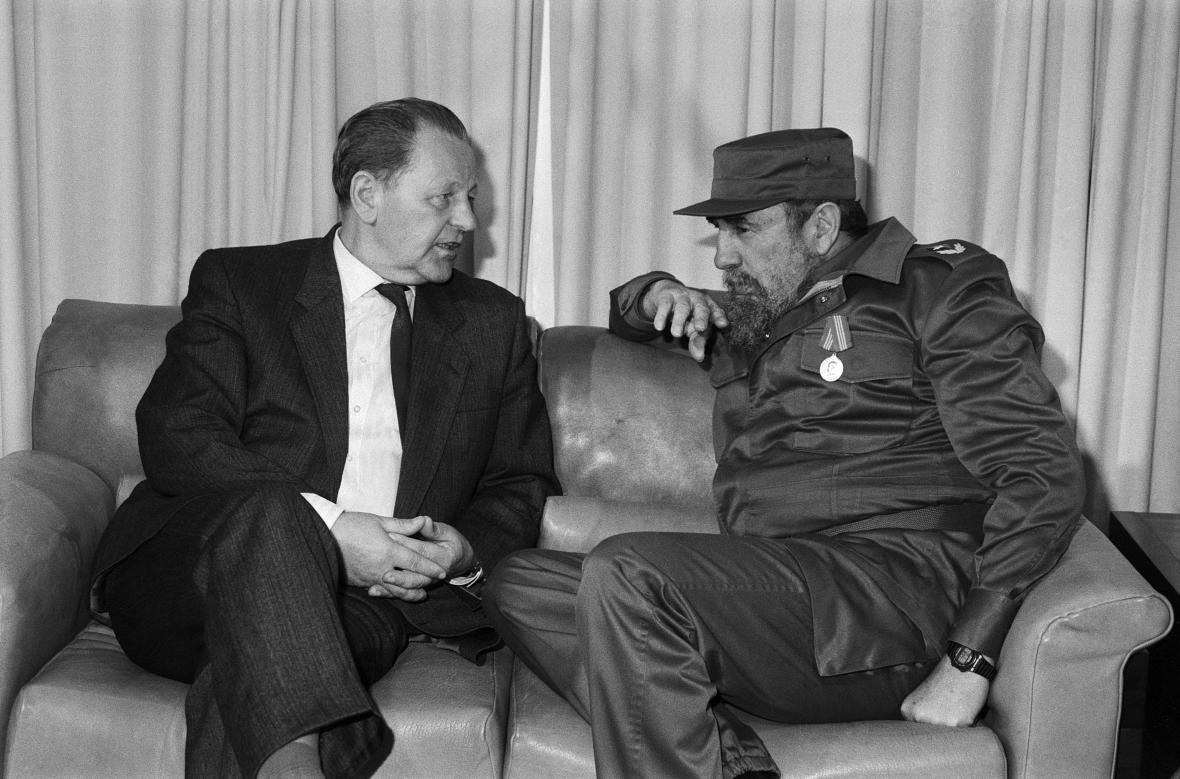 Miloš Jakeš s Fidelem Castrem při návštěvě Havany (leden 1989)