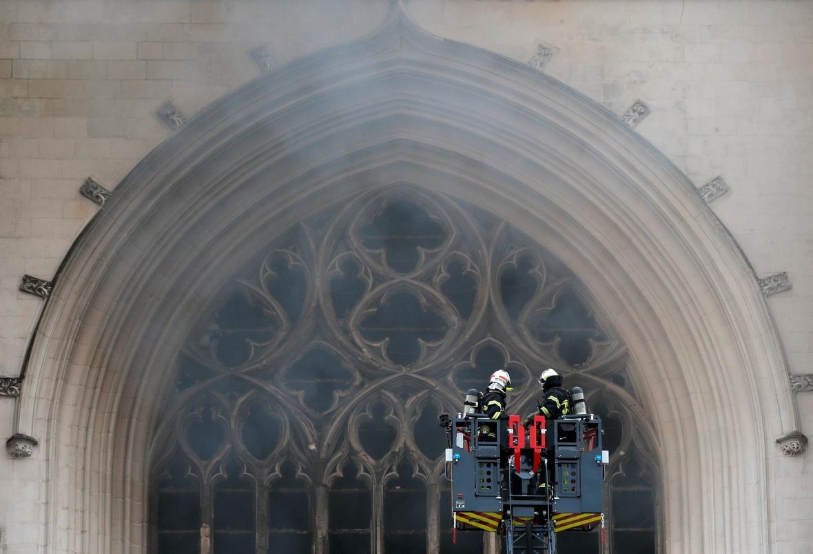 Hasiči bojují s požárem katerdrály ve francouzském městě Nantes