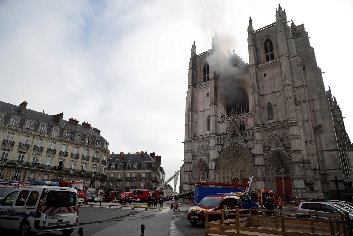 Požár katedrály ve francouzském městě Nantes