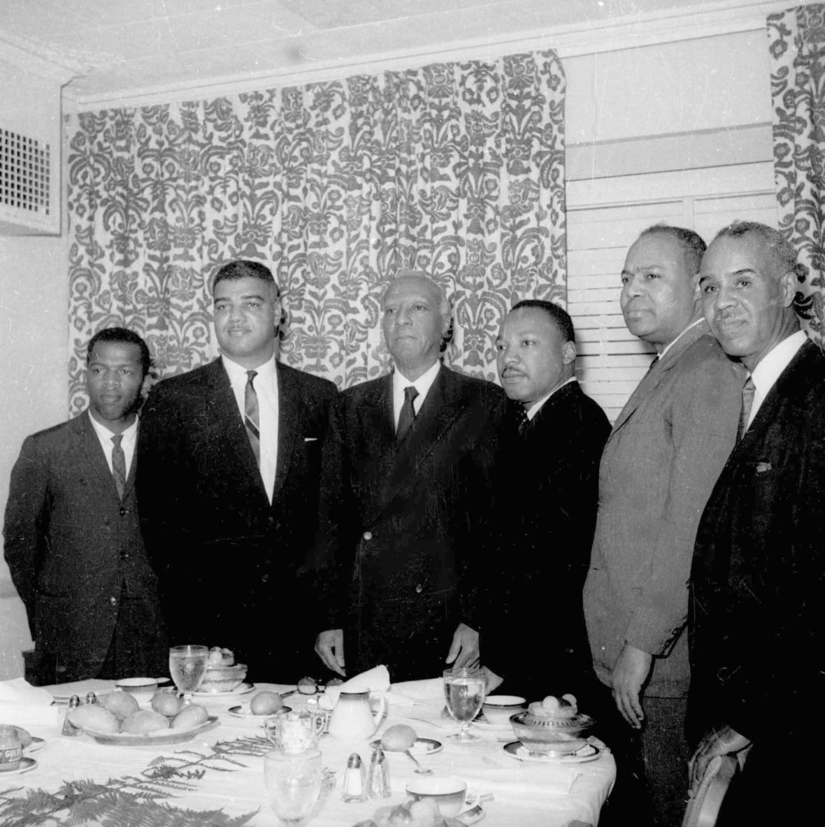 John Lewis (vlevo na kraji) při setkání s Martinem Lutherem Kingem a dalšími aktivisty v roce 1963