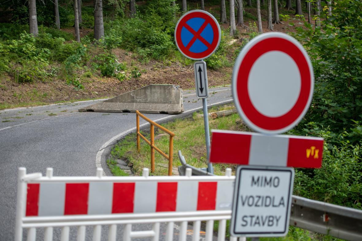 Uzavřený úsek silnice ve směru na Ještěd