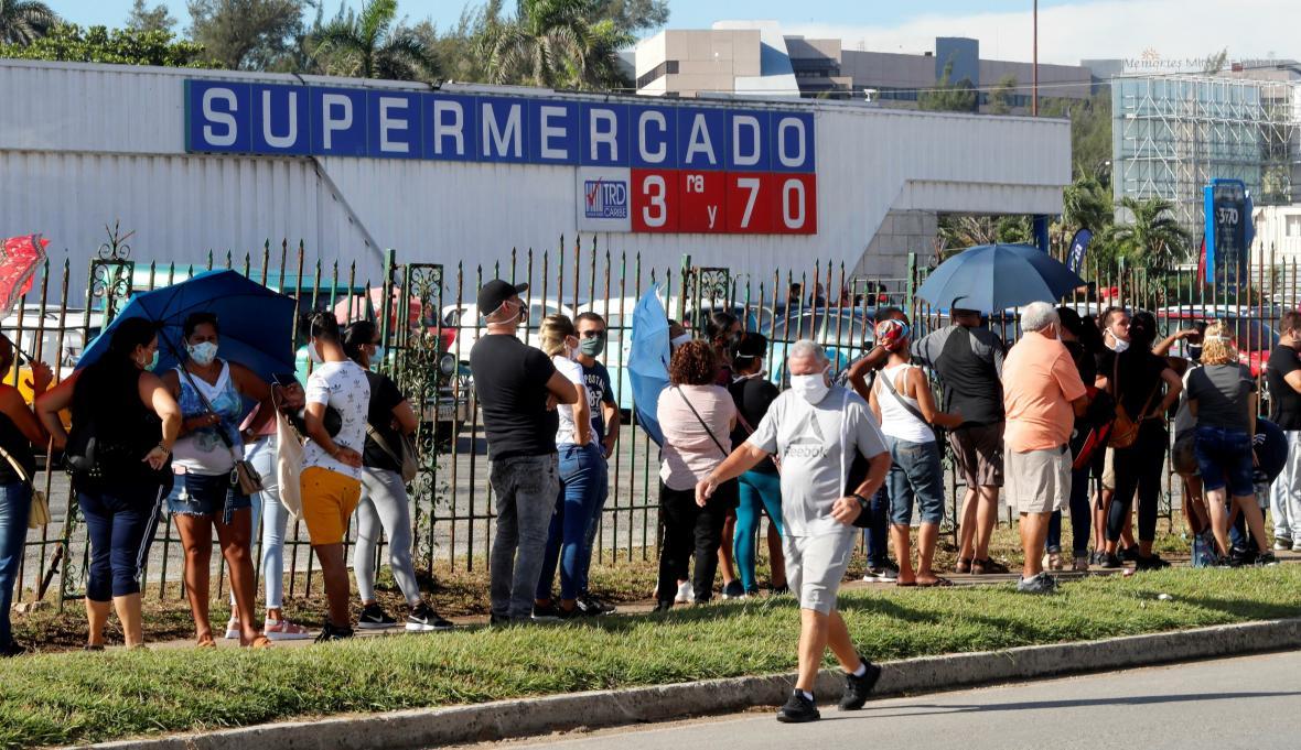 Fronta před dolarovým obchodem v Havaně