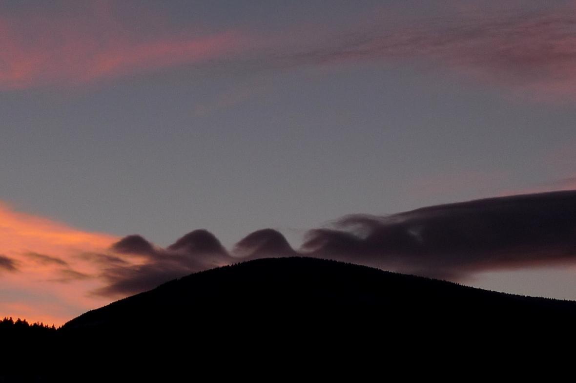 Oblak připomínající převalující se vlny na moři zviditelňuje tzv. Kelvin-Helmholzovy vlny.
