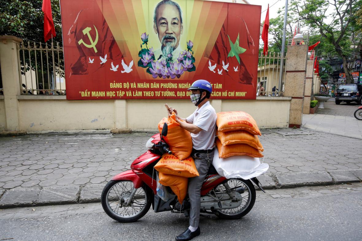 Distribuce rýže chudým obyvatelům Hanoje