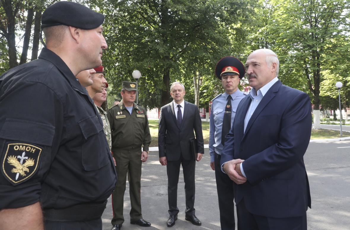 Běloruský prezident Alexander Lukašenko navštěvuje policii
