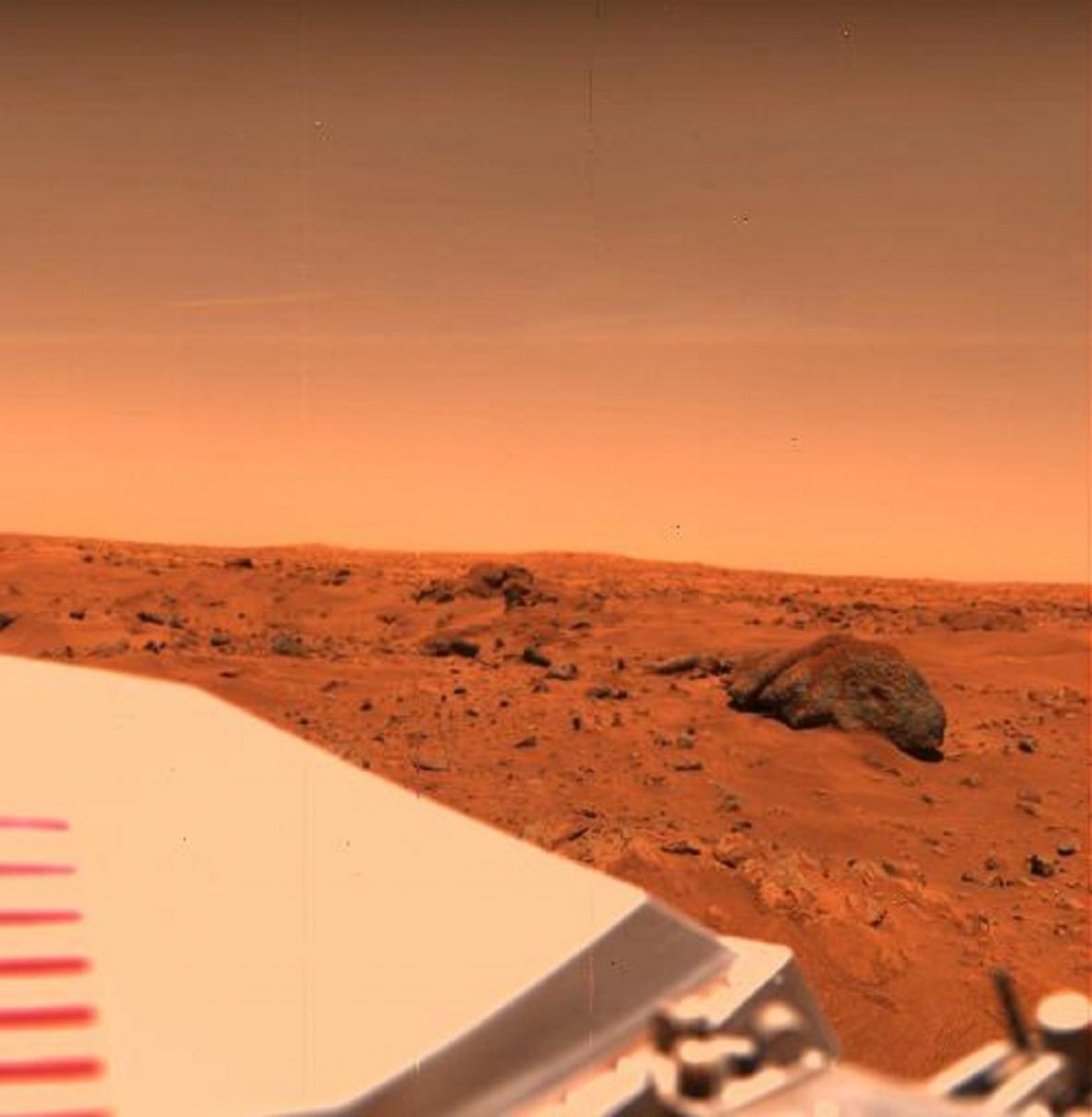 První barevné snímky Marsu pořídila sonda Viking 1