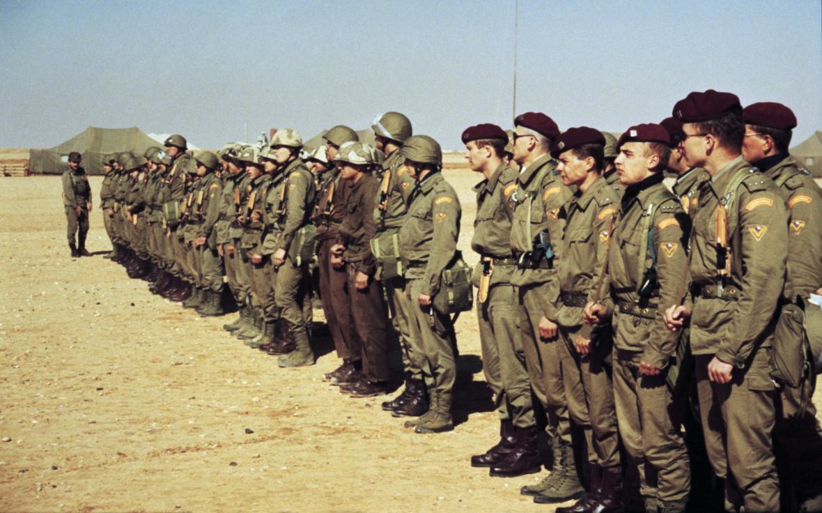 Nástup československé jednotky v základním táboře v oblasti Al - Kajúma u příležitosti návštěvy tehdejšího ministra zahraničí Jiřího Dienstbiera.
