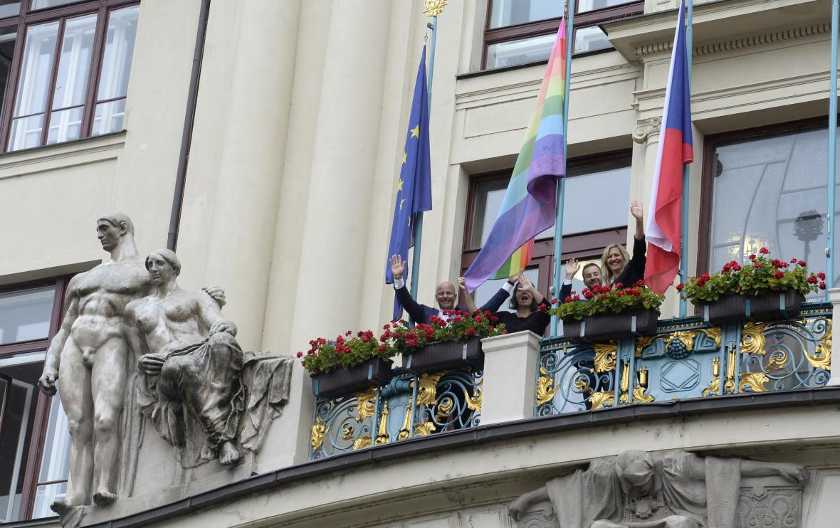 Pražský magistrát vyvěsil duhovou vlajku