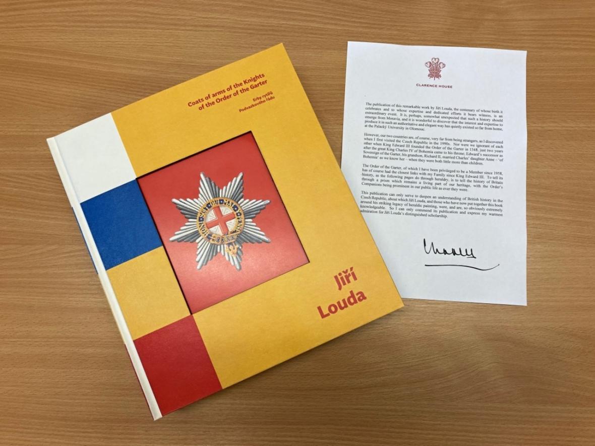 Kniha Erby rytířů Podvazkového řádu s předmluvou prince Charlese