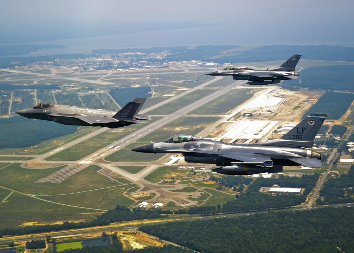 Letouny F-35 Lightning II nahradí v americkém letectvu a řadě letectev států NATO legendární typ F-16 Fighting Falcon