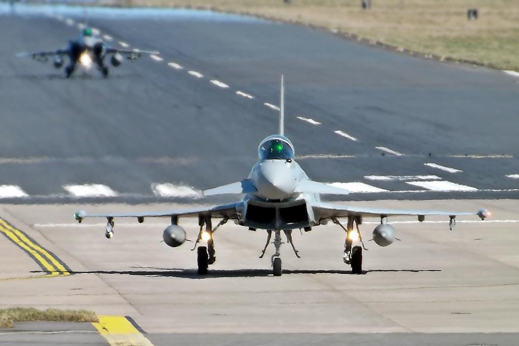 V Evropě vznikly v 90. letech hned dva pokročilé letouny 4. generace. Eurofighter Typhoon v britsko-německo-italsko-španělské spolupráci (vpředu) a francouzský Dassault Rafale (v pozadí). První byl součástí úvah už při předchozím výběru před dvaceti lety