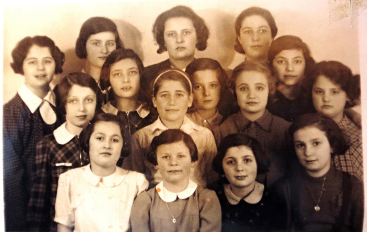 Ruth (uprostřed s mašlí) s kamarádkami