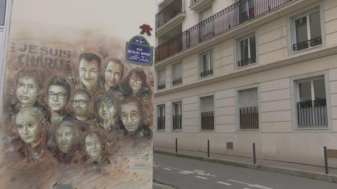 Pamětní deska obětem teroru z redakce Charlie Hebdo
