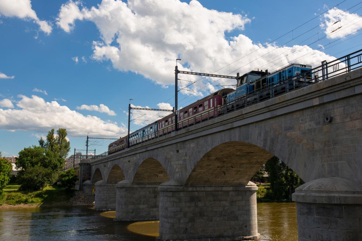 Vlak na Negrelliho viaduktu