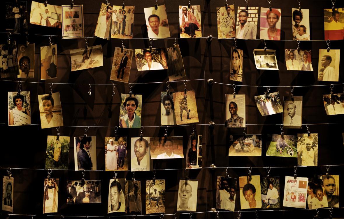 Část památníku rwandské genocidy. Fotografie obětí