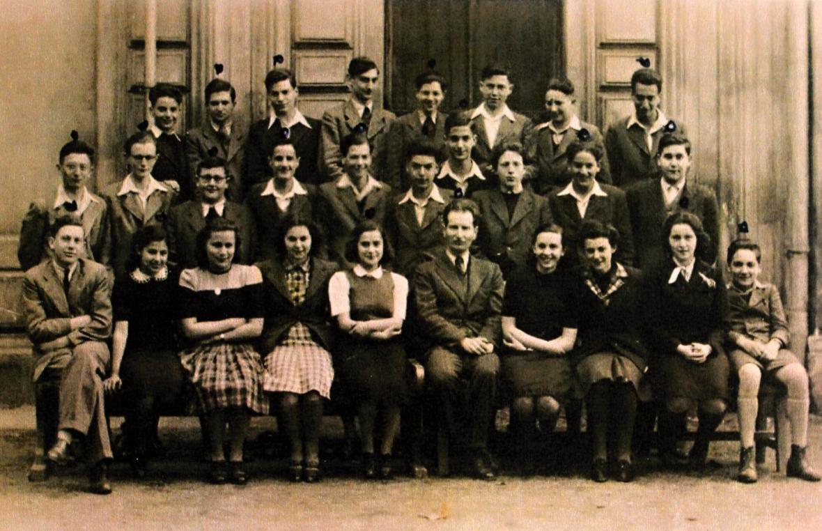 5. třída židovského gymnázia. (Studenti označení tečkou válku nepřežili)