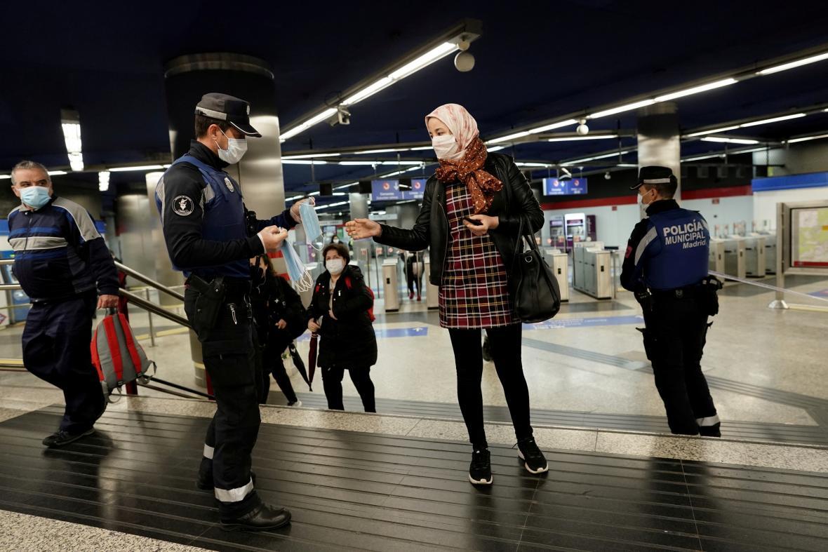 Policie v Madridu rozdává během karantény orchanné roušky