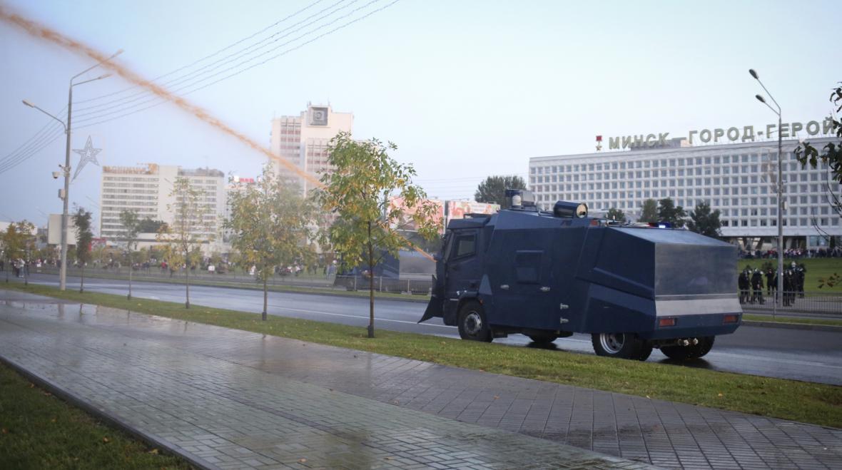 Běloruská policie použila proti demonstrantům vodní děla