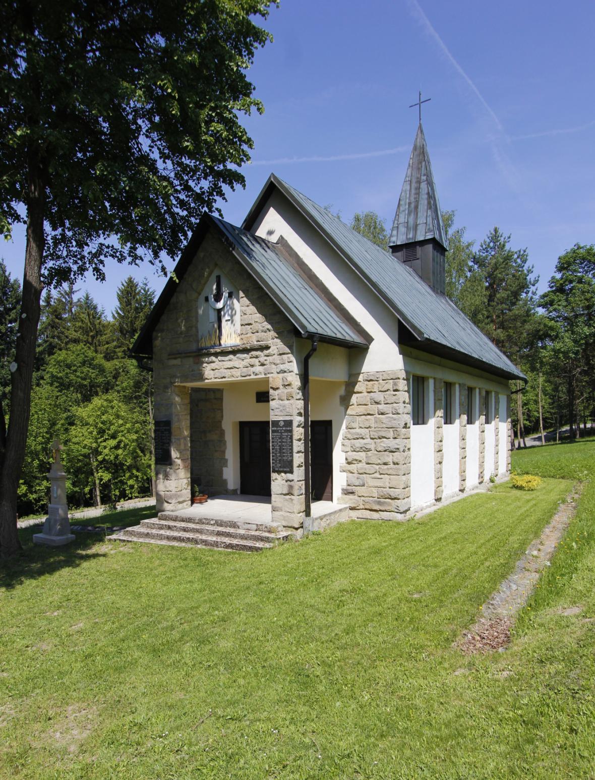 Kaple postavená po válce nese u vchodu jména obětí