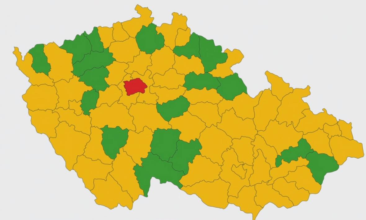 Většina okresů na mapě hodnotící regiony podle rizika nákazy je oranžová, což značí druhý stupeň rizika.