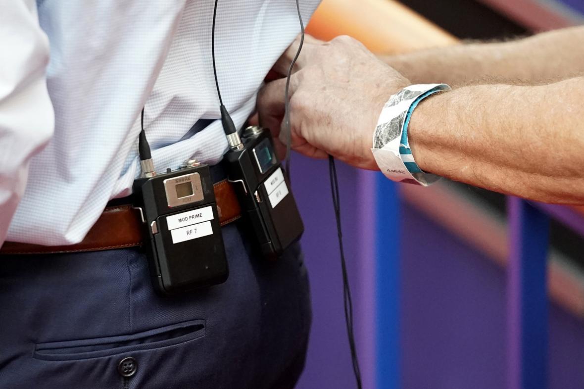Technici při přípravě mikrofonů na úterní debatu