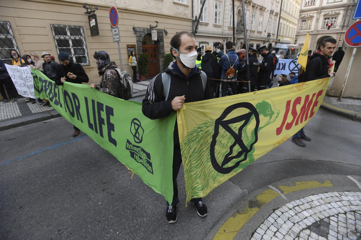 Aktivisté Extinction Rebellion v Thunovské ulici v Praze