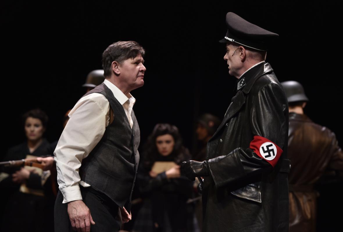 Martin Havelka jako Daniel Warshowsky a Igor Ondříček v roli Hauptsturmführera Blicka na zkoušce muzikálu Představ si...