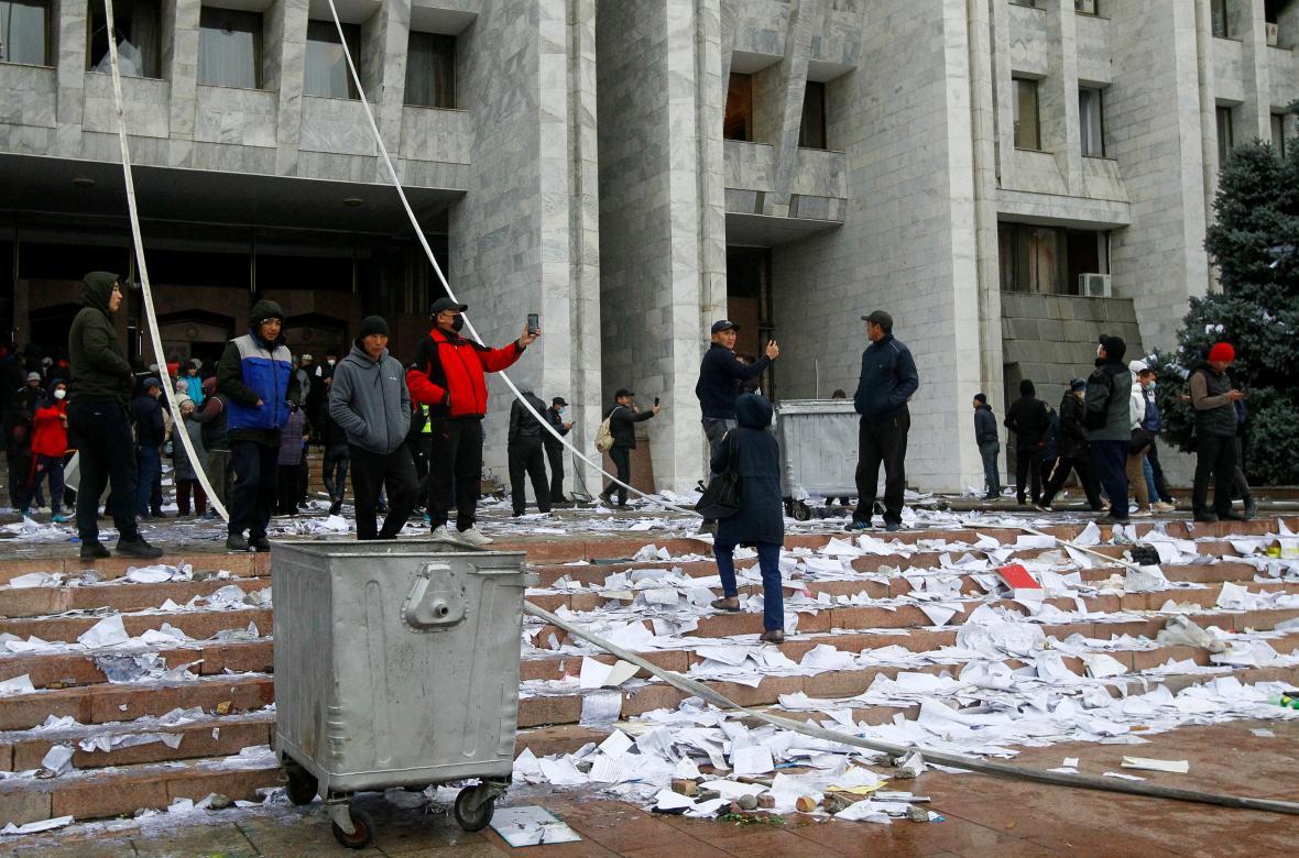Lidé protestují před opozicí obsazeným sídlem vlády v Biškeku
