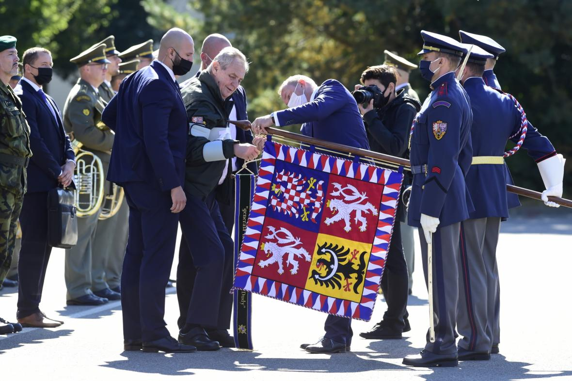 Prezident republiky Miloš Zeman při propůjčení bojového praporu a čestného názvu generálmajora Josefa Dudy 533. praporu bezpilotních systémů