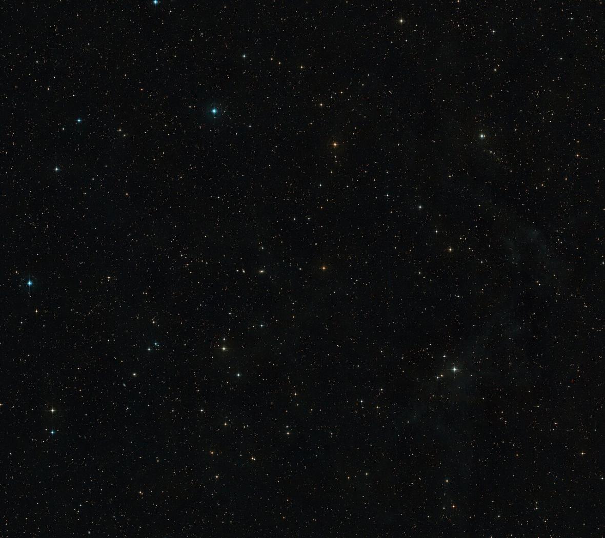 Obloha v okolí záblesku AT2019qiz