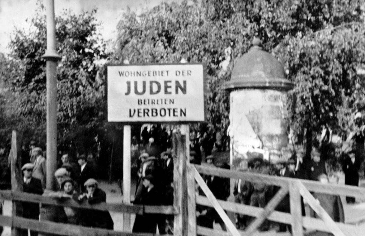 Vchod do ghetta v roce 1940 s nápisem: Oblast obývaná židy, vstup zakázán