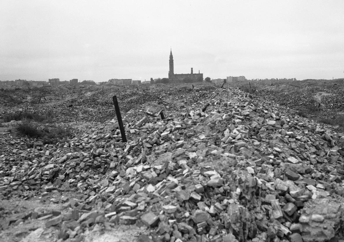 Trosky židovského ghetta ve Varšavě v roce 1945