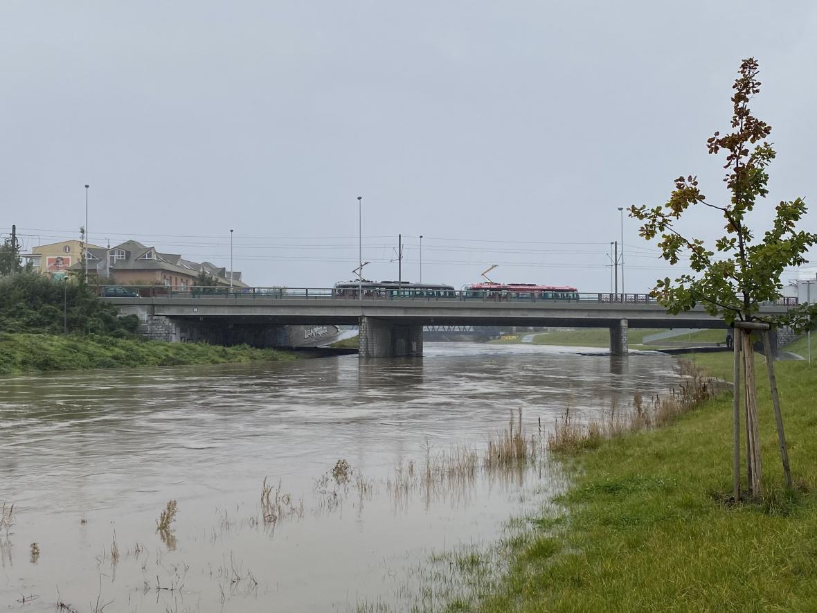 Morava v Olomouci je na druhém povodňovém stupni, má dál stoupat