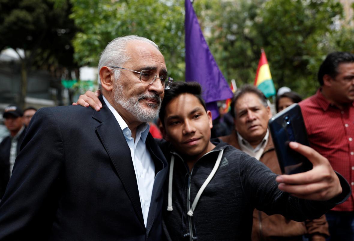 Carlos Mesa se zdraví s podporovateli po konferenci v La Paz