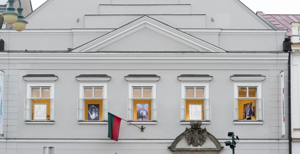 Vernisáž obrazů v oknech v Městské galerii ve Vysokém Mýtě