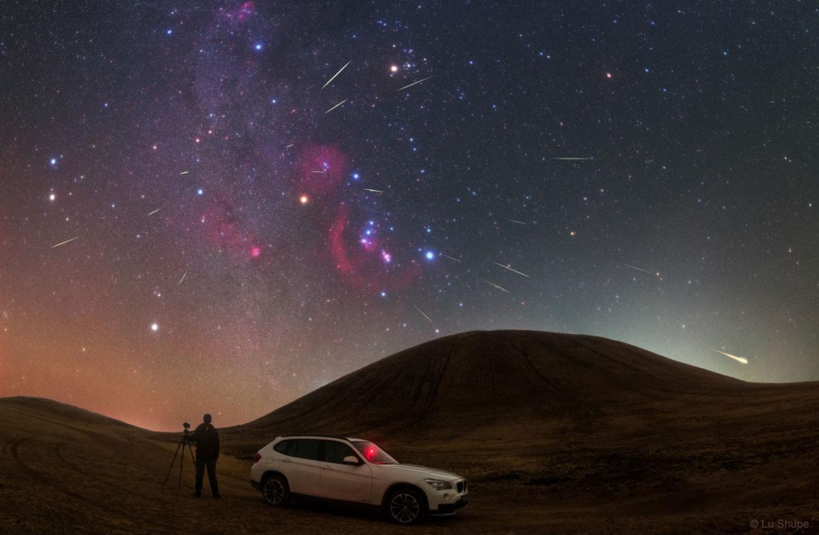 Maximum Orionid vroce 2017 nad Mongolskem. Orion je sedm jasných hvězd připomínajících motýla ve směru nad autem
