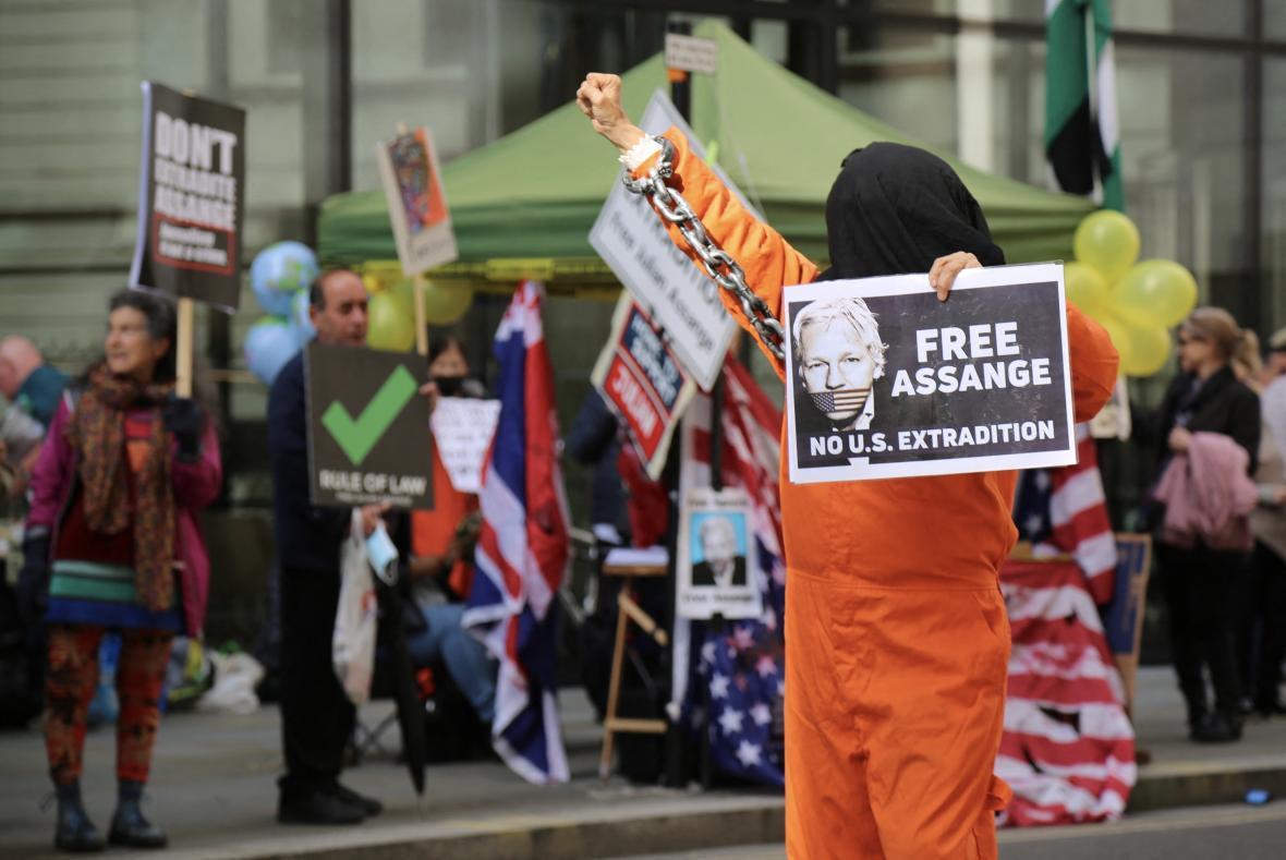 Demonstrace na podporu Assange během jeho procesu v Londýně