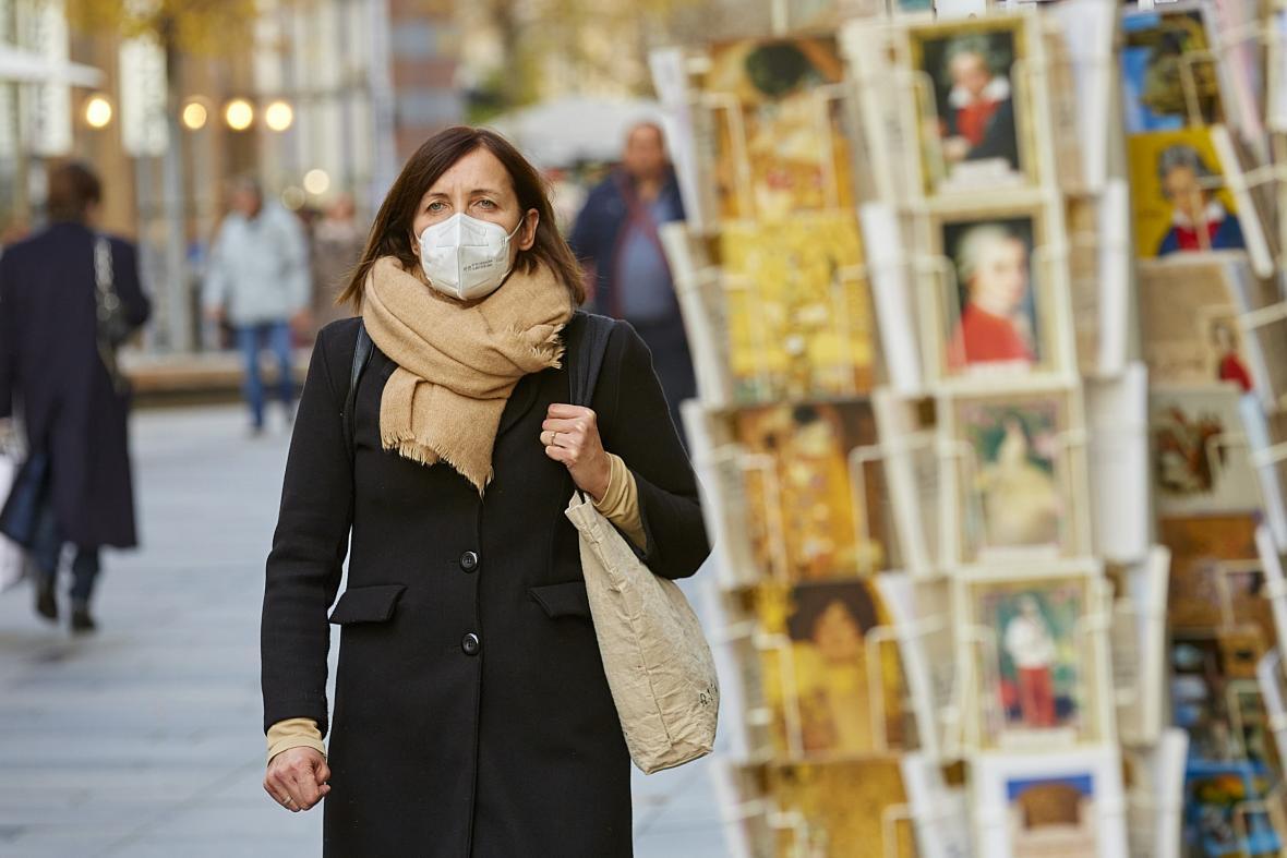 Žena s rouškou v centru Vídně