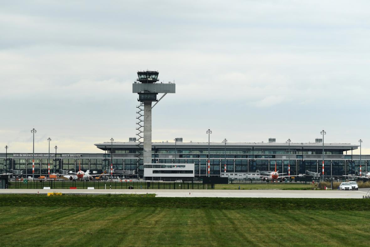 Celkový pohled na Terminál 1 a letištní věž
