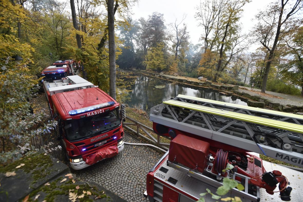 Požár zasáhl dřevěný kostel svatého Michala v Praze