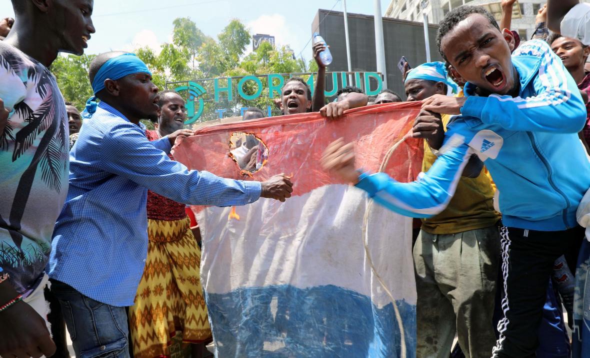 Obyvatelé Mogadišu v reakci na Macronova slova ničí francouzskou vlajku