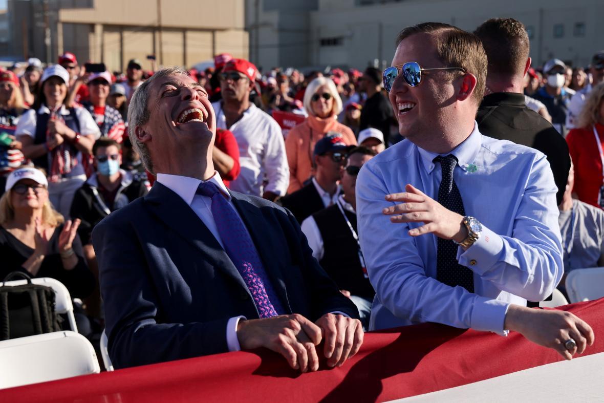 V finálních dnech kampaně Donalda Trumpa doprovází i známý probrexitový politik Nigel Farage. Fotografie je z posledního mítinku v Arizoně.