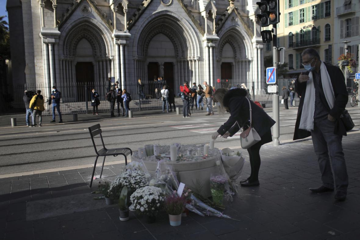 Lidé utvořili pomník před kostelem v Nice, kde útočník vraždil