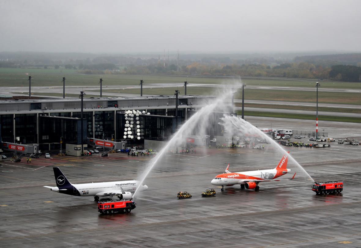 Přivítání prvních letadel na letišti BER
