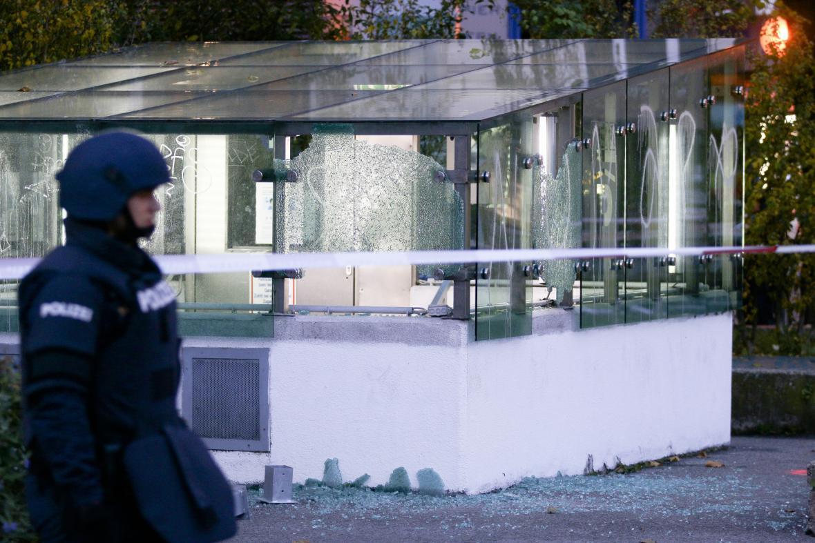 Rakouský policista prochází kolem skleněné stěny nedalekého parkoviště, kterou poškodila střelba