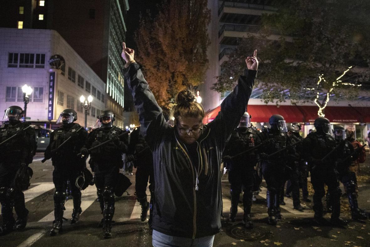 Protestující gestikuluje na policisty v Portlandu