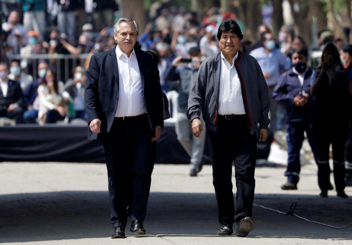 Na argentinsko-bolivijskou hranici Moralese doprovodil argentinský prezident Alberto Fernández
